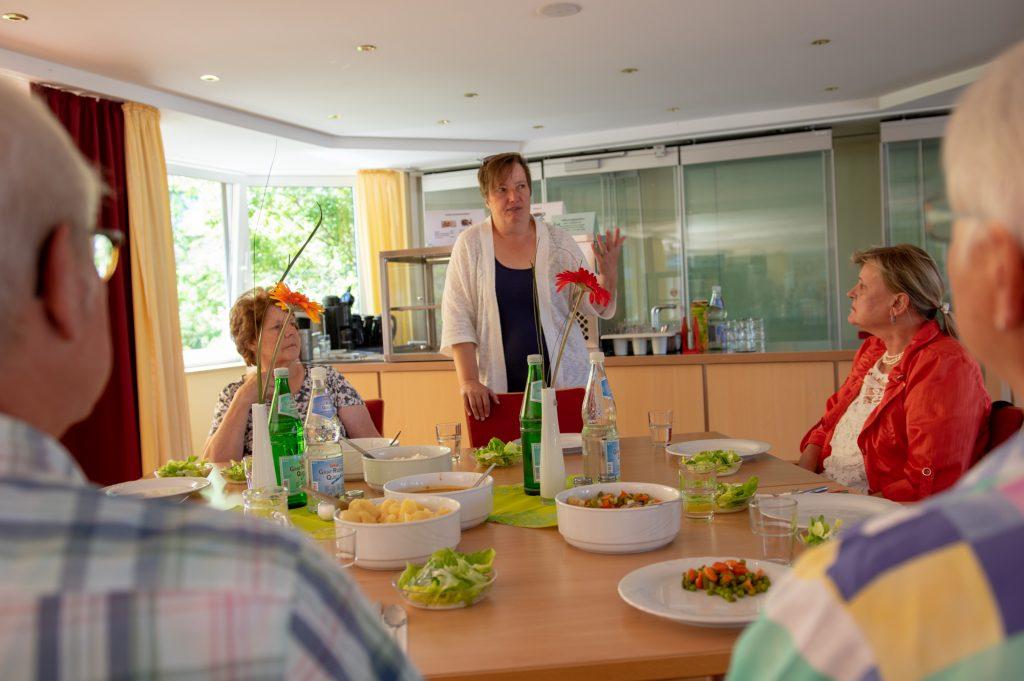 Bernhild Diekriede erläutert den Mitgliedern des Seniorenbeirats das neue Mittagsangebot.
